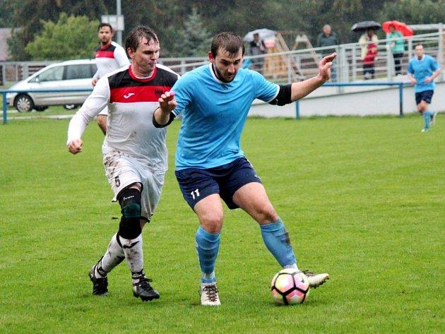 K vydařeným podzimním zápasům chlumeckého mužstva patřil i ten domácí s Třebší (6:0). Jednu z šesti branek vstřelil Miroslav Kučera (č. 11), kterého brání hostující Jindřich Vlach.