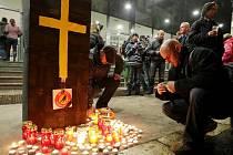 Ještě před zahájením hokejového zápasu s Jihlavou mohli fanoušci Hradce Králové před zimním stadionem zapálit svíčku a umístit ji k připravené dekoraci, jako symbolický akt za hokej v našem městě.