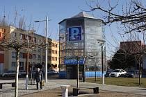 Parkovací dům pro kola na Riegrově náměstí v Hradci Králové.