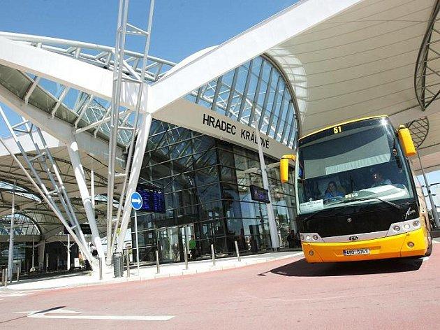 Autobusová linka nevydělává, spojů do Prahy bude proto přes léto méně. Vozy nejsou naplněné.
