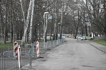 Travnaté plochy, na kterých parkovaly až stovky aut, jsou nově oplocené.