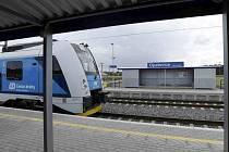 Opatovice nad Labem mají zcela novou zastávku. Má bezbariérová nástupiště a je blíže obci.