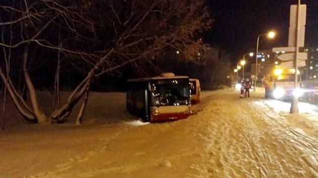 Havarovaný autobus MHD v Hradci Králové.