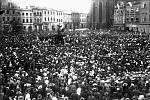 Pětatřicet tisíc lidí se 29. října roku 1918 sešlo na hradeckém Velkém náměstí. Ti se ještě den předtím probouzeli jako poddaní císaře Karla I., ale usínali s pocitem nově nabyté svobody pod křídly vznikajícího Československa.