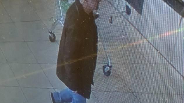 Policie pátrá po muži, který o víkendu okrádal zákazníky obchodů