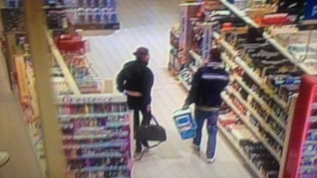 Policie hledá tuto dvojici, která nakradla kondomy a lubrikanty za 15 tisíc.