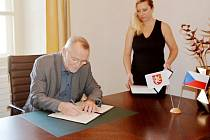 Hradecký primátor Zdeněk Fink při podpisu memoranda.