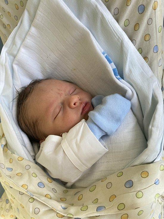 NIKOLAS PALOUŠ poprvé spatřil světlo světa 2. června v 9.30 hodin. Po narození měřil 50 cm a vážil 3470 g. Velikou radost udělal svým rodičům Nikole Frydrychové a Martinu Paloušovi z Předměřic nad Labem.