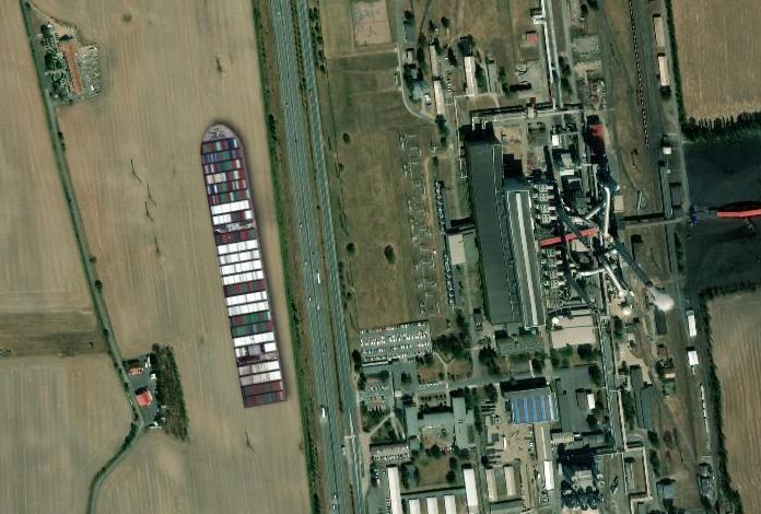 Jak by uvízlá kontejnerová loď ze Suezského průplavu vypadala postavená na souši u hradubické silnice naproti opatovické elektrárně
