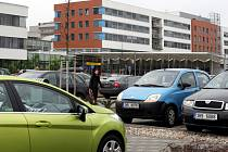 Zaparkovat v areálu Fakultní nemocnice vHradci Králové by snad už ve druhé polovině tohoto roku nemusel být takový problém. Nemocnice plánuje výstavbu 150 nových parkovacích míst.