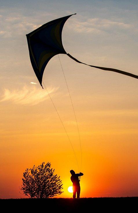 Podzimní pouštění draka ve větrném počasí.
