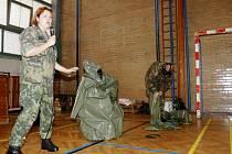 Vojáci v královéhradecké ZŠ Pouchov.