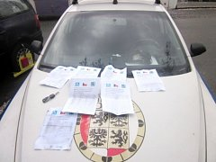 Žebrající Rumuni řešení městskými strážníky v Hradci Králové.