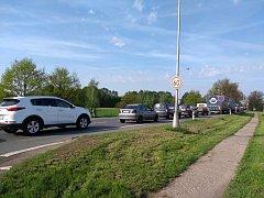Kolona vozidel u dopravní nehody na výpadovce z Hradce Králové na Třebechovice pod Orebem.