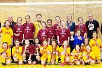 Dívčí fotbalové výběry OFS Hradec Králové U11 (ve žlutém) a U13 (ve vínovém) na společném snímku.