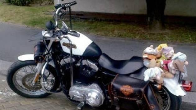 Sněhurka? Motocykl v plné výbavě - tedy i se sedmi trpaslíky.
