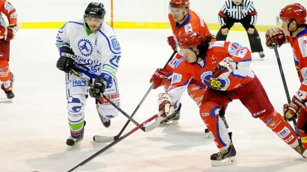 Třebechovičtí hokejisté (v červeném) během utkání proti Hronovu.