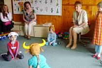 Den rodiny v mateřské škole pro děti se zbytky sluchu v hradecké Štefanikově ulici.