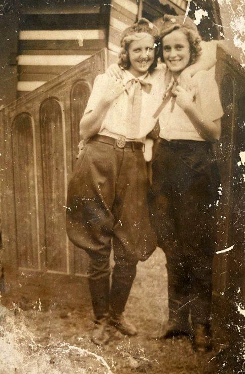 Alena Matěnová (vlevo) s kamarádkou v roce 1948.