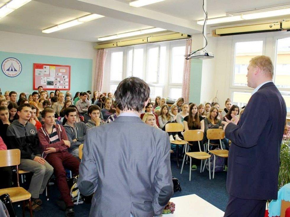 Pavel Bělobrádek v královéhradecké SŠ Sion High School.