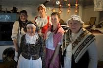 Spolek lidové tvorby kouzlil na Šrámkově statku.