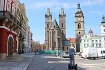Moderátor pořadu Můžeme dál? Tomáš Měcháček projíždí na svém vozítku historickým centrem krajského města.