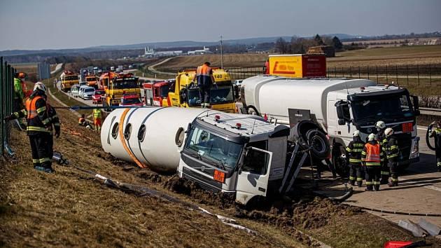 Havárie cisterny na dálnici D11 u Chlumce