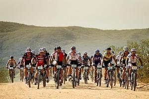 Náročný sedmidenní závod Brasil Ride 2012 zvládla dvojice Martin Horák – Tomáš Vokrouhlík (v popředí startovního pole vlevo) ještě lépe než v loňském roce a skončila druhá.