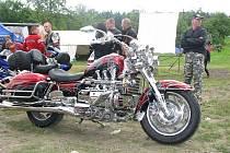 Desátý sraz motorkářu v Prasku u Nového Bydžova.