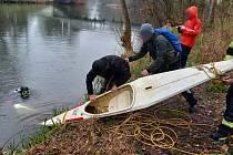 Mladým sportovcům našli hasičští potápěči utopený kajak