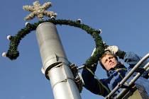 """Vánoční dekoraci začali technické služby v Hradci """"pro jistotu"""" instalovat 20. října."""