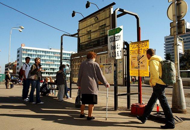 Sporné značení před hradeckým hlavním nádražím