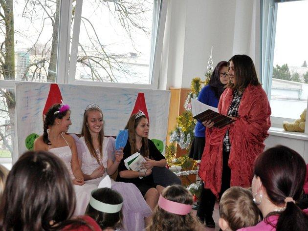 Mikulášská besídka v podání žáků zdravotnické školy v královéhradecké fakultní nemocnici.