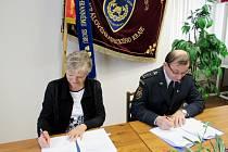 Podpis dohody mezi HZS Královéhradeckého kraje a Krajskou veterinární správou Státní veterinární správy pro Královéhradecký kraj.