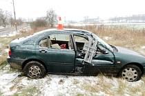 Havárie osobního automobilu na železničním přejezdu u Třebechovic pod Orebem.