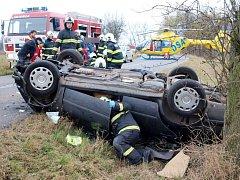 Havárie osobního automobilu Škoda Octavia u obce Chotělice na Hradecku.