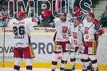 Radost hokejistů Mountfieldu po vstřeleném druhém gólu