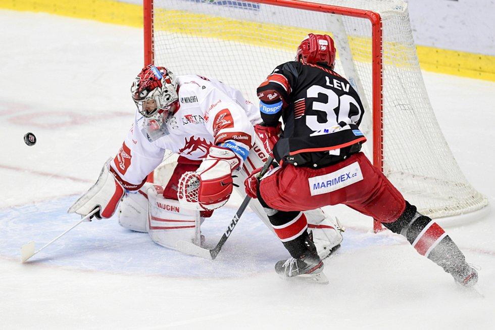 Hokejová extraliga: Mountfield HK - HC Oceláři Třinec (zleva brankář Třince Jakub Štěpánek a Jakub Lev z Hradce Králové).