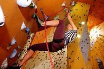 Oslavy 40. výročí založení hradecké farmaceutické fakulty zahájili studenti závodem v lezení na horolezecké stěně.