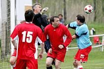 Prestižní bitvu na zeleném  trávníku svedli  bývalí skvělí ligoví  fotbalisté a zároveň současní činovníci prvoligového klubu FC Hradec Králové.