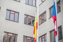 Vlajky na půl žerdi před Magistrátem města Hradec Králové.
