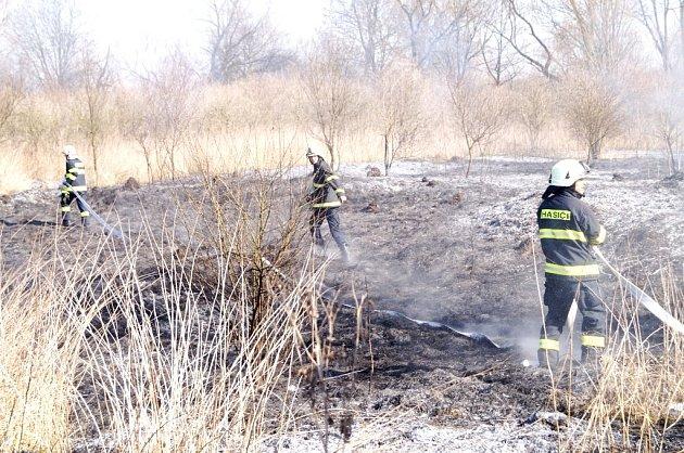 Požár travního porostu uželezniční trati vKydlinovské ulici vhradecké městské části Plácky.