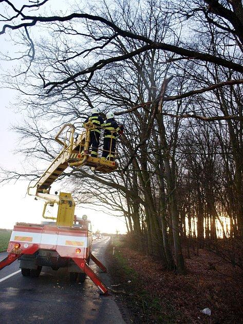 Zásah hasičů na Královéhradecku vsouvislosti se silným větrem.