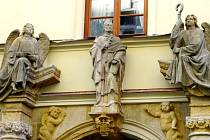 Figura svatého Karla Boromejského se dvěma anděly, kteří drží odznaky biskupské hodnosti – berlu a mitru, v královéhradecké Špitálské ulici.