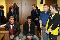 Jen tři z původní čtveřice mužů si u Krajského soudu v Hradci Králové vyslechli rozsudek v případu přepadení. Zleva Dezider Cibula, Robert Lakatoš a David Burian