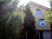 Domy v ulici Ostrovní, ve kterých problémoví nájemníci přebývají, jsou ve špatném stavu. Jejich majitelka slibovala, že nemovitosti prodá. Předsedkyně komise místní samosprávy Alena Hamplová tomu ale právě i kvůli stavu domů nevěří.
