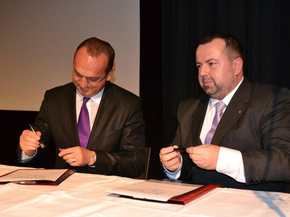 Ředitel Českého chlapeckého sboru Boni pueri Pavel Horák a generální ředitel hudební agentury ART INVEST Holding Pavel Zíka podepsali smlouvu o spolupráci.
