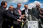 Ředitelství silnic a dálnic (ŘSD) zahájilo výstavbu úseku dálnice D11 mezi Smiřicemi a Jaroměří. Silnice v délce 7,15 kilometru bude stát 1,5 miliardy korun bez DPH a hotova by měla být do konce roku 2021.