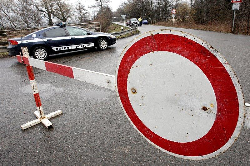Zaplavená silnice ve Vysoké nad Labem na Hradecku. Obecní policie z Opatovic dohlíží na dodržování zákazové značky, kterou řidiči v tomto úseku často porušují.