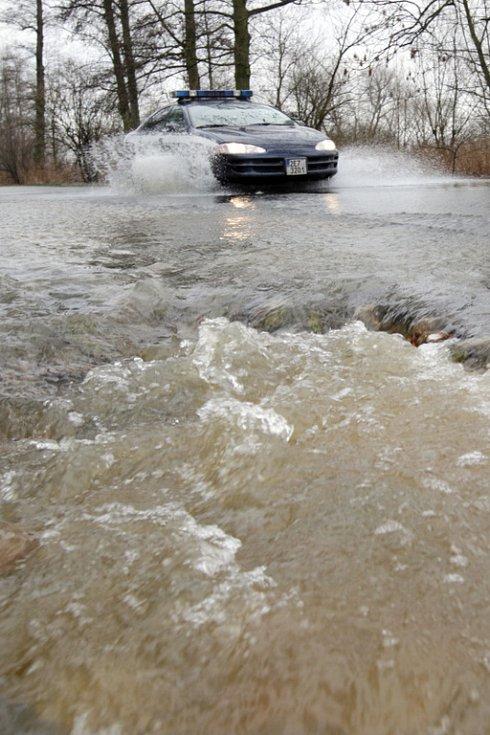 Silnice mezi obcemi Vysoká nad Labem a Opatovice nad Labem je zaplavena. Řeka Labe se v těchto místech vylila z koryta a zaplavila komunikaci.